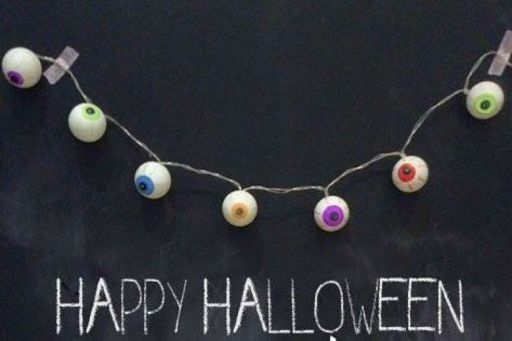 DIY monster eyes light garland using ping pong balls