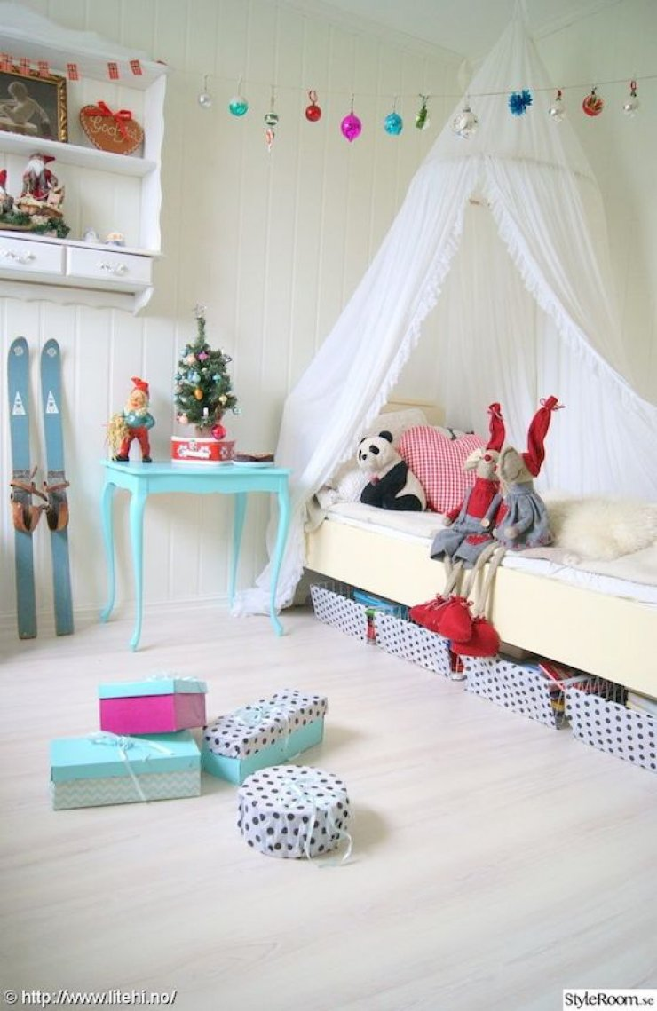 vintage ornaments garland in kids room
